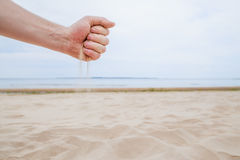 夏天通过手指结束-象沙子的时间奔跑 免版税库存照片