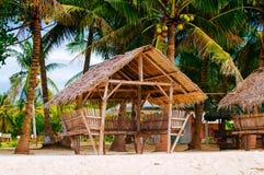 夏天遮光罩和竹扶手椅子在热带白色沙子靠岸, 库存图片