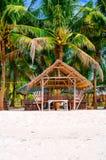 夏天遮光罩和竹扶手椅子在热带白色沙子靠岸, 库存照片