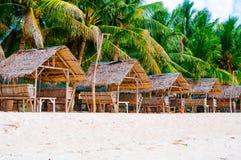 夏天遮光罩和竹扶手椅子在热带白色沙子靠岸 库存照片