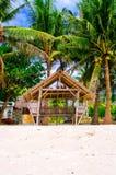 夏天遮光罩和竹扶手椅子在热带白色沙子靠岸 库存图片