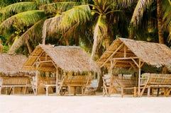 夏天遮光罩和竹扶手椅子在热带白色沙子靠岸 免版税图库摄影