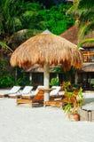 夏天遮光罩和sunbed在热带白色沙子海滩 sunbed的尼巴椰子遮光罩和竹子 库存照片