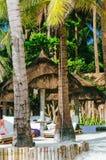 夏天遮光罩和sunbed在热带白色沙子海滩 sunbed的尼巴椰子遮光罩和竹子 图库摄影