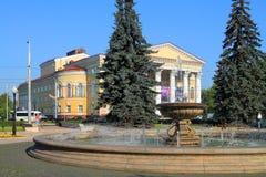 夏天都市风景-一个喷泉在公园 图库摄影