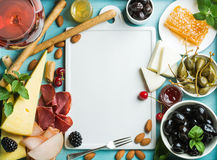 夏天酒快餐集合 玻璃上升了,肉、乳酪、橄榄、蜂蜜、面包条、坚果、雀跃和莓果与白色 免版税库存图片