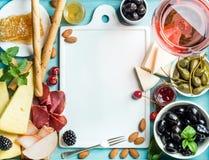 夏天酒快餐集合 玻璃上升了,肉、乳酪、橄榄、蜂蜜、面包条、坚果、雀跃和莓果与白色 免版税库存照片