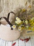 夏天野花花束在一个柳条筐的 免版税库存图片