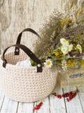 夏天野花花束在一个柳条筐的 图库摄影