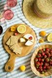夏天野餐本质上,果子,莓果,乳酪 库存照片