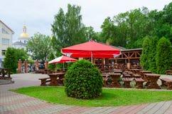 夏天金黄狮子的,维帖布斯克,白俄罗斯咖啡馆围场 免版税库存照片