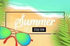 夏天销售的网横幅 在海滩的太阳镜 留下棕榈树 特价优待 季节性折扣 艺术品设计自然海运纹理通知 顶层 图库摄影