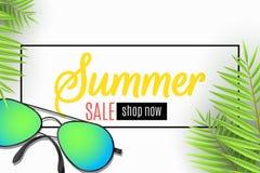 夏天销售的网横幅 在海滩的太阳镜 留下棕榈树 特价优待 季节性折扣 艺术品设计自然海运纹理通知 顶层 库存图片