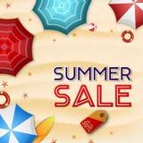 夏天销售背景 许多伞、冲浪板、浮体、海星和海滩球顶视图  库存例证
