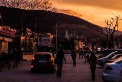 夏天镇街道和人日落的 库存照片