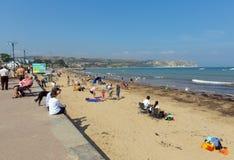 夏天阳光Swanage海滩和海岸多西特有波浪的英国英国在岸 免版税库存照片