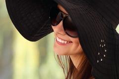 夏天青少年的女孩快乐在巴拿马和太阳镜 库存照片