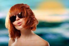 夏天青少年的女孩红发快乐在太阳镜 库存图片