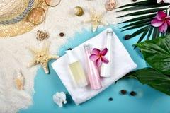 夏天面部skincare保护,与空白的标签化妆用品的太阳保护装瓶容器 免版税库存照片