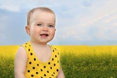 夏天领域的微笑的小女孩 免版税库存照片
