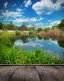 夏天风景、河和蓝天 库存图片