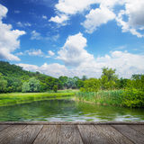 夏天风景、河和蓝天 库存照片