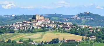 夏天风景在Langhe (意大利) 免版税库存图片