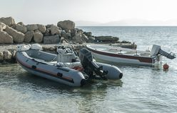 夏天风景橡胶汽艇在港口 库存图片