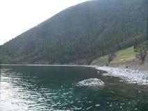 夏天风景照片与森林和贝加尔湖的俄罗斯、清楚的水域和岩石岸的, 库存图片