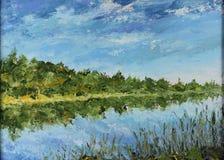 夏天风景,树的反射在水,河,云彩中 免版税图库摄影