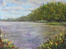 夏天风景,沿湖的森林,云彩,草 库存图片