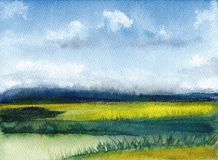 夏天风景,蓝天,云彩,绿色沼地水彩绘画与山的 手画抽象的背景 织地不很细 免版税库存图片