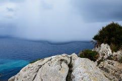 夏天风暴在马略卡,西班牙的接近海岸 免版税库存图片