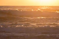 夏天飞溅波浪的海海浪与阳光 库存图片