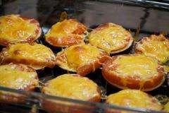 夏天食物:热的茄子用乳酪和蕃茄关闭  被烘烤的茄子用蕃茄和乳酪 库存照片