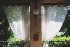夏天餐馆大阳台或游廊内部与露天场所 草装饰和庭院视图 库存图片