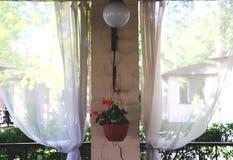 夏天餐馆大阳台或游廊内部与露天场所 草装饰和庭院视图 免版税库存图片