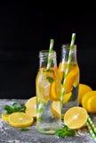 夏天饮料-冷的柠檬水用薄菏 库存照片