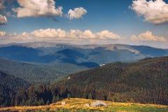 夏天高山特兰西瓦尼亚地标,与绿色领域的风景 免版税库存照片