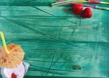 夏天鸡尾酒用在绿色背景的莓果 免版税库存图片
