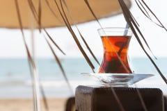 夏天,一杯茶,在海滩,以海为背景 夏天休假和假期的概念 库存图片