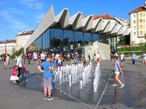 夏天,人们,孩子,现代喷泉,城市,热天气 免版税图库摄影