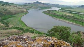 夏天,天,从小山的看法在有一个岩石的河在前景 影视素材