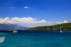 夏天,春天风景 白色游艇在土耳其附近,博德鲁姆,马尔马里斯港的海岸的蓝色海 旅行,休闲的概念 库存照片