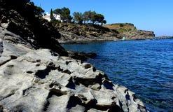 夏天:十字架的海角小海湾在有蓝色海的西班牙 免版税库存照片