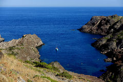 夏天:十字架的海角小海湾在有蓝色海的西班牙 库存照片