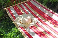 夏天:有夫人` s sunhat的吊床 图库摄影