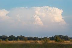 夏天 一朵大蓬松轻的云彩 库存照片