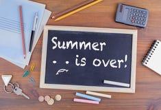 夏天结束!在木办公桌上的黑板 库存照片
