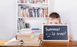 夏天结束!-画在黑板 免版税库存图片